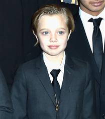 Takım elbisesiyle Shiloh Jolie Pitt