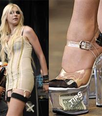 Taylor Momsen striptizci ayakkabılarıyla sahnede
