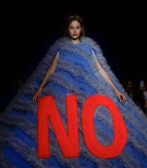 Viktor & Rolf Couture S/S 2019 Defilesinde Mesaj İçeren Tasarımlar