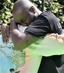 Virgil Abloh Kanye West'e Sarılıp Ağladı