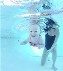 Yüzmeyi en kolay bebekler öğreniyor