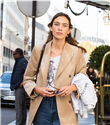 Alexa Chung, Paris Fashion Week'te Mango Ceketiyle Görüntülendi