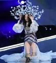 Victoria's Secret defilesinde Ming Xi yere düştü