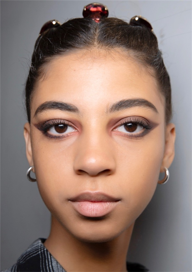 15 Farklı Yılbaşı Makyajı Önerisi: İlhamınızı Podyumlardan Alın - 15 Farklı Yılbaşı Makyajı Önerisi: İlhamınızı Podyumlardan Alın