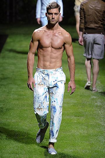 dolce-and-gabana-beyaz-erkek-pantolonu - 2011 Erkek modası pek seksi