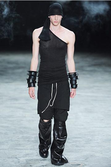 rick-owens-siyah-defile-erkek-kiyafeti - 2011 Erkek modası pek seksi