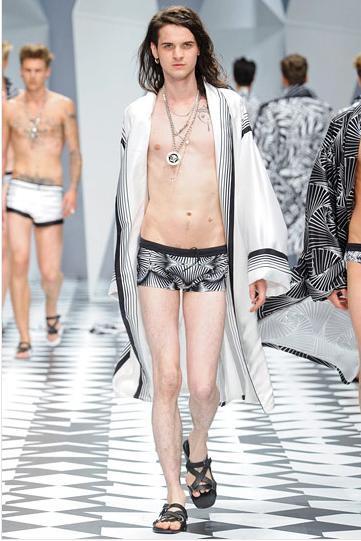 erkik-boxer-uzun-beyaz-bornoz-versace - 2011 Erkek modası pek seksi