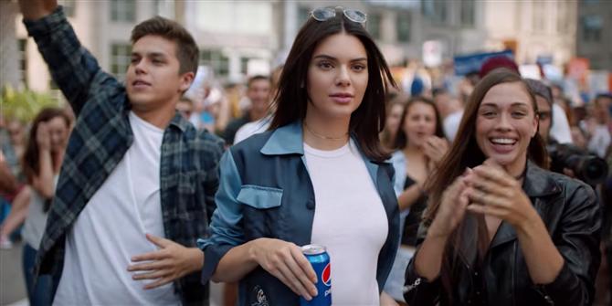Kendall Jenner'lı Pepsi Reklamı - 2017'de En Çok Konuşulan Magazin Olayları