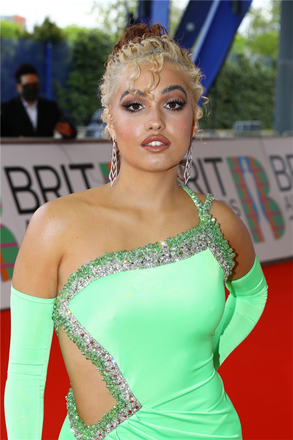 Mabel - 2021 BRIT Ödülleri'nin Öne Çıkan Güzellik Görünümleri