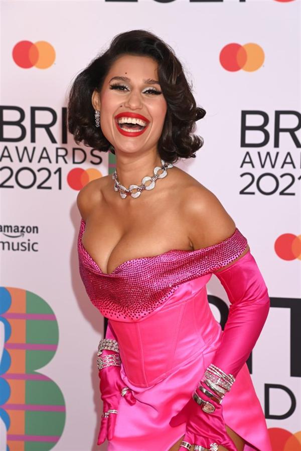 Raye - 2021 BRIT Ödülleri'nin Öne Çıkan Güzellik Görünümleri