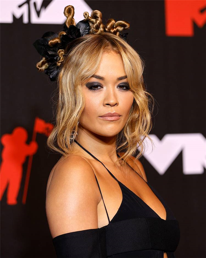 Rita Ora - 2021 MTV Video Müzik Ödülleri'nden Güzellik Görünümleri