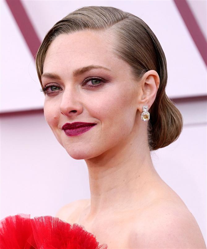 Amanda Seyfried  - 2021 Oscar Ödülleri'nin Öne Çıkan Güzellik Görünümleri