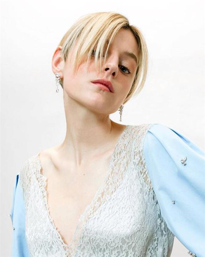 Emma Corrin - 2021 SAG Ödülleri'nin Saç ve Makyaj Görünümleri