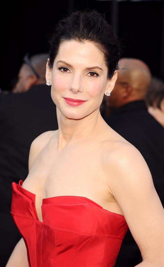 55. Yaşını Kutlayan Sandra Bullock'un Favori Saç ve Makyaj Görünümleri