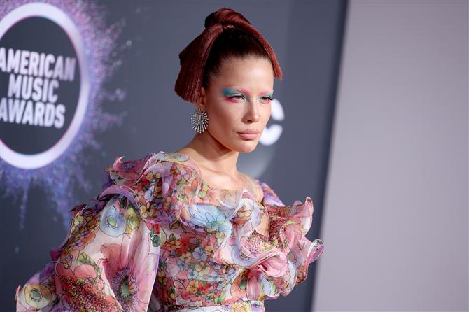 Halsey - Amerika Müzik Ödülleri 2019'dan Dikkat Çeken Güzellik Görünümleri