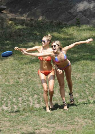 bikini-mankenleri- - Ashley ve Jessica Hart bikinili