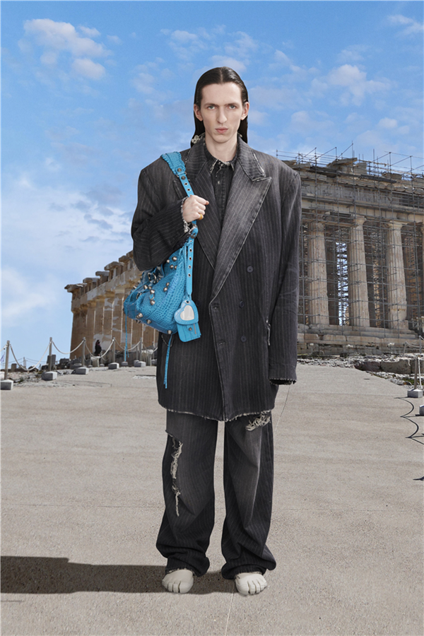 Balenciaga Pre-Fall 2021 Koleksiyonuyla Dünyanın Dört Bir Yanına Seyahat Edin