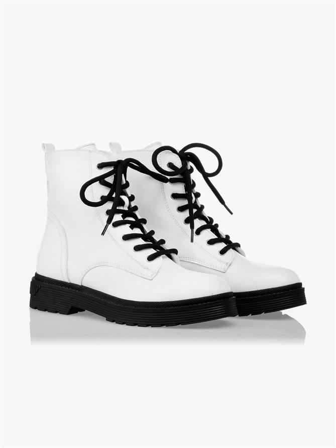 Beyaz Botlar Artık Çok Havalı