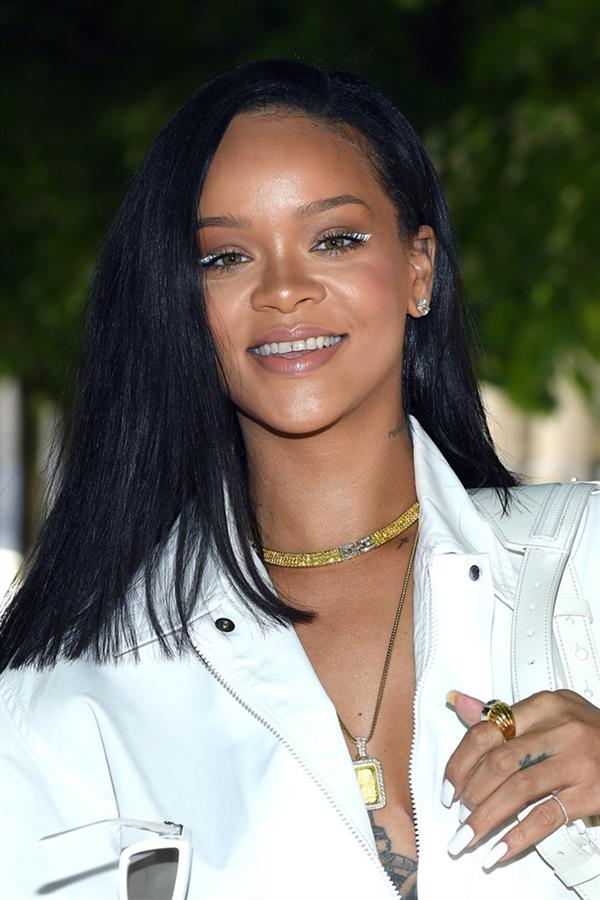 Rihanna Bizi Beyaz Eyeliner ile Tanıştırıyor
