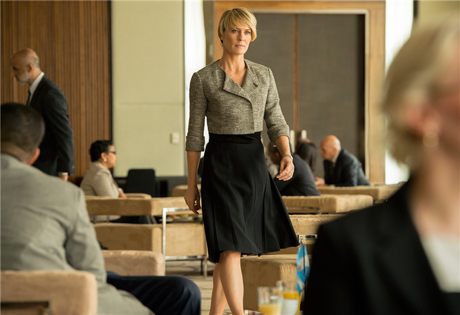Claire Underwood'un Güçlü ve Etkileyici Stilinden İlham Veren Görünümler - Claire Underwood'un Güçlü ve Etkileyici Stilinden İlham Veren Görünümler