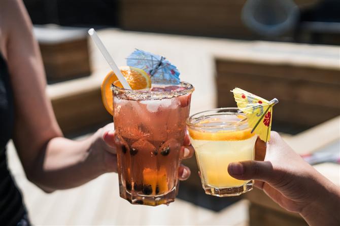 Alkollü içecekler - Diş Sağlığını Bozan 8 Besin