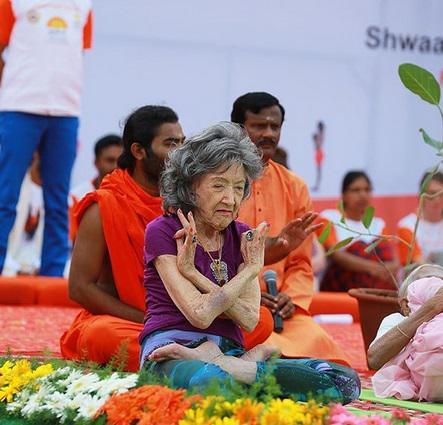 Yoga pratiği size yaşa meydan okuyan bir enerji verir