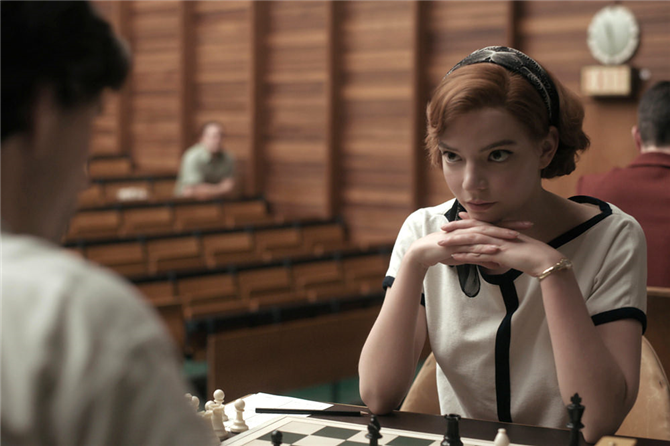 Ekran Stili: The Queen's Gambit Dizisinden Öne Çıkan Moda Görünümleri
