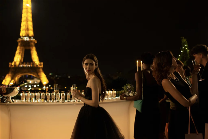 Emily In Paris Dizisinden En İyi Görünümler