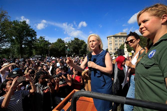 Emily Ratajkowski ve Amy Schumer Tutuklandı!