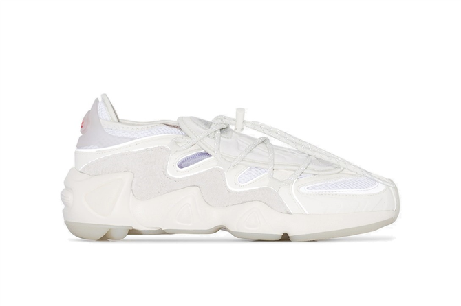 En Tarz Beyaz Spor Ayakkabı Modelleriyle Bahar Dolabınızı Canlandırın