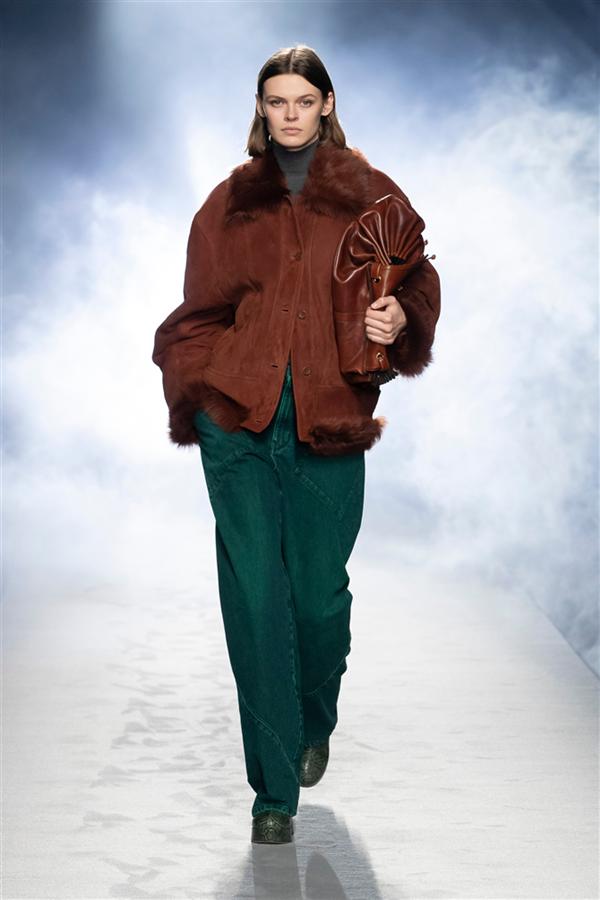 Gerçekçi ve Keskin: Alberta Ferretti Sonbahar 2021 Koleksiyonu