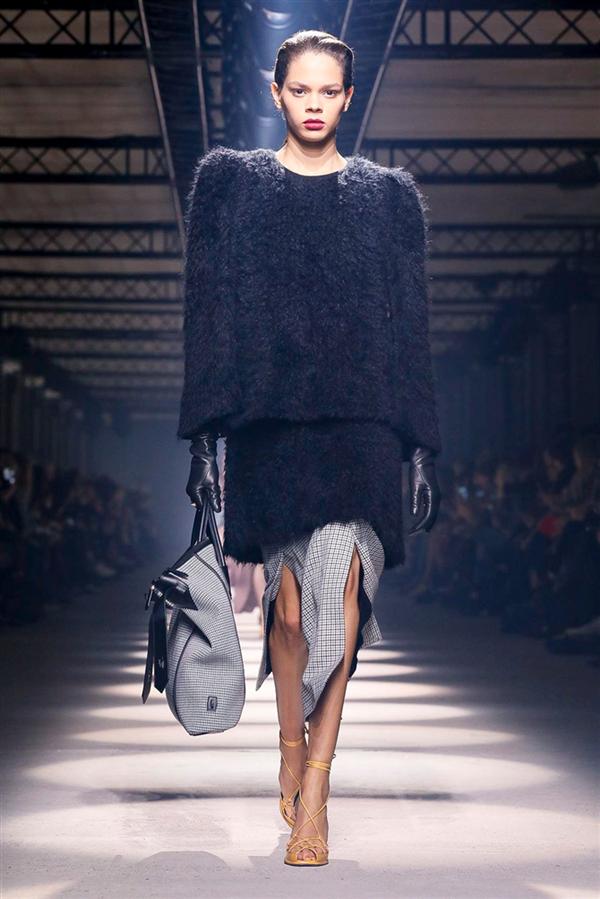 Givenchy Sonbahar/Kış 2020 Koleksiyonundan Zarafeti Yansıtan Tasarımlar