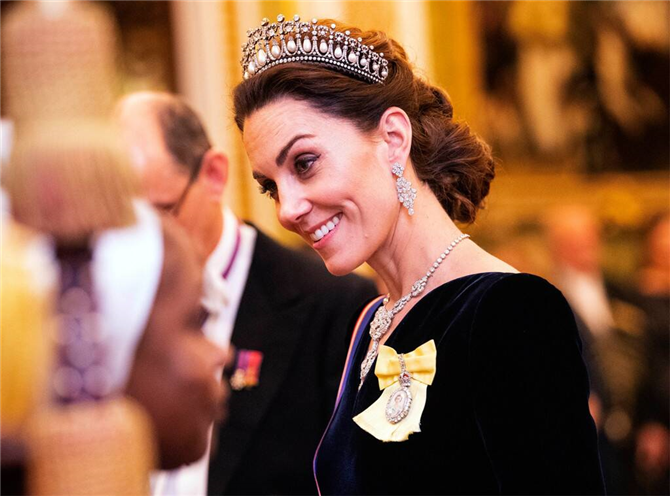 Kate Middleton İkonik Tacıyla Yılbaşı Yemeğinde Işıldadı