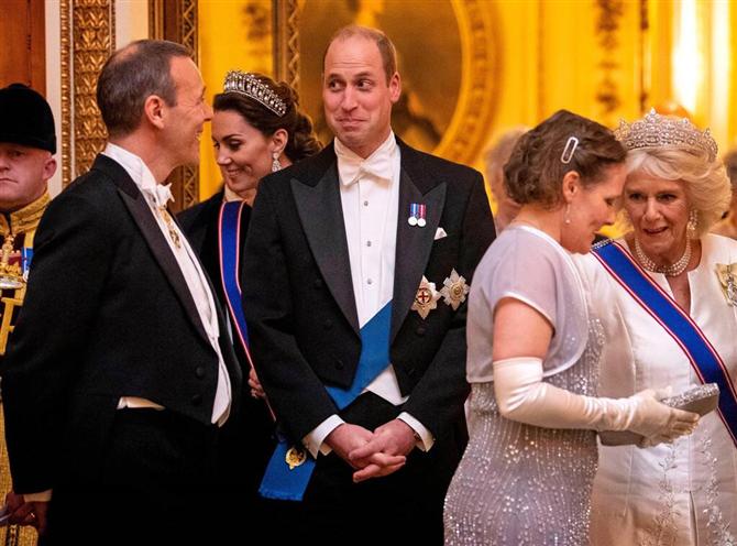 Kate Middleton İkonik Tacıyla Yılbaşı Yemeğinde Işıldadı - Kate Middleton İkonik Tacıyla Yılbaşı Yemeğinde Işıldadı