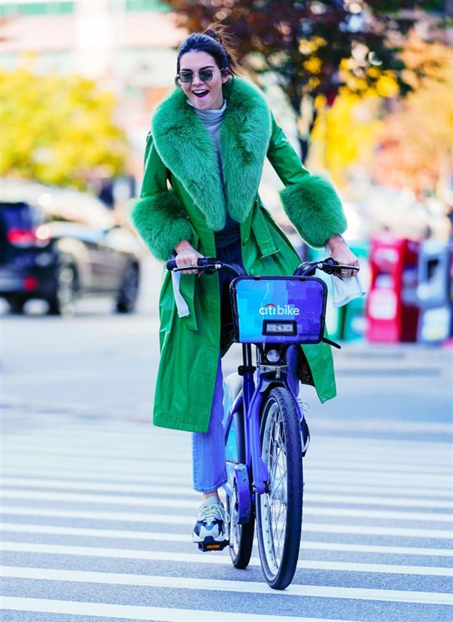Kendall Jenner Bisikleti ve Grinch Ceketi İle New York Sokaklarında