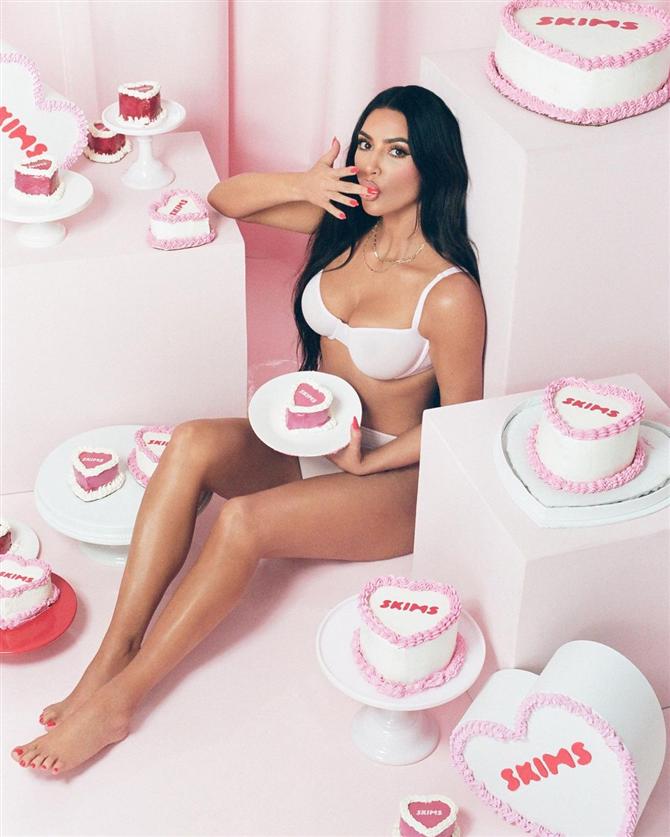 """Kim Kardashian ve Jenner Kardeşlerin Ses Getiren """"SKIMS"""" Koleksiyon Çekimi - Kim Kardashian ve Jenner Kardeşlerin Ses Getiren """"SKIMS"""" Koleksiyon Çekimi"""