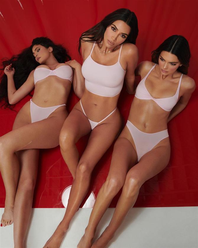 """Kim Kardashian ve Jenner Kardeşlerin Ses Getiren """"SKIMS"""" Koleksiyon Çekimi"""