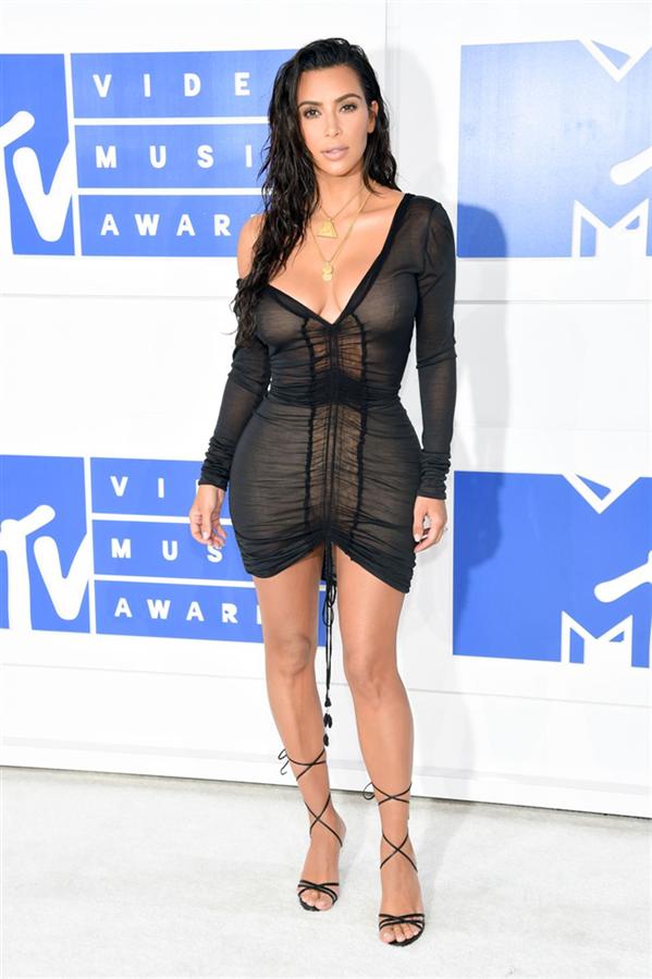 Kim Kardashian'ın Moda Tarihine Damgasını Vuran En Seksi 10 Görünümü