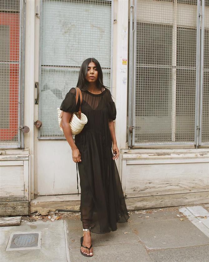 Kopyalanası Stiller: Monikh Dale'in Elbise ve Parmak Arası Terlik Obsesyonu - Kopyalanası Stiller: Monikh Dale'in Elbise ve Parmak Arası Terlik Obsesyonu