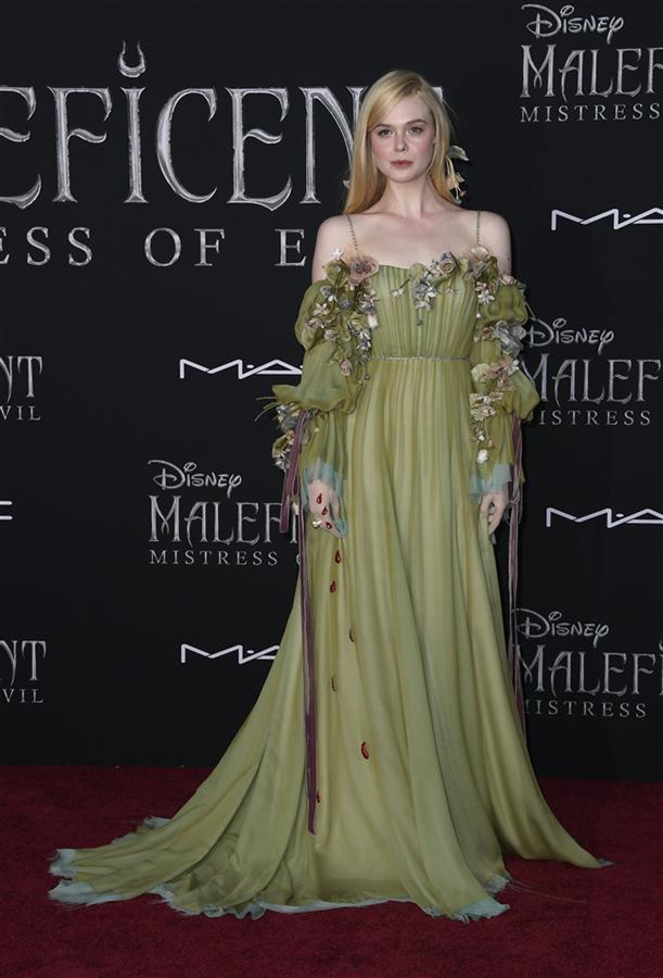 """Elle Fanning - Merakla Beklenen """"Maleficent"""" Film Prömiyerinde Şıklık Yarışı"""