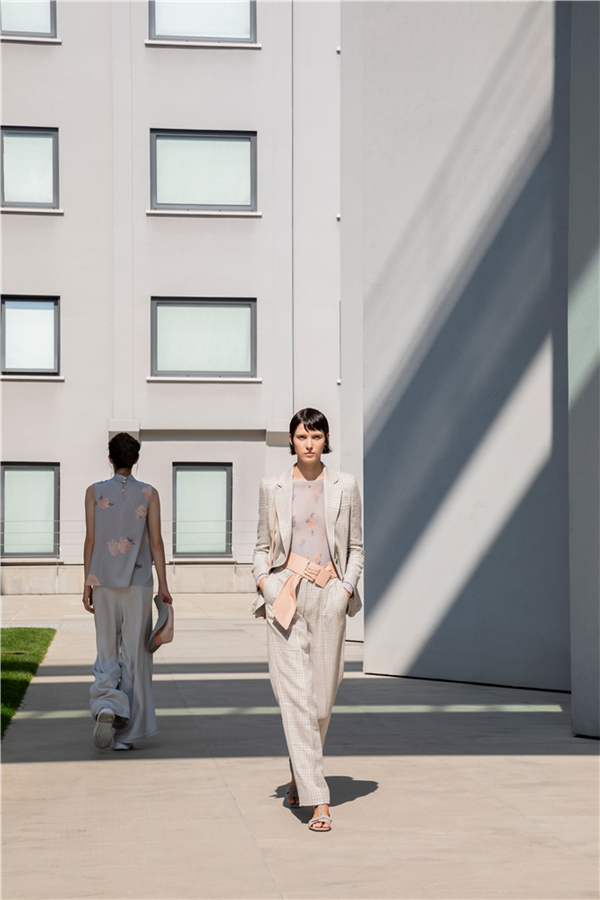 Minimal Güç: Emporio Armani İlkbahar/Yaz 2021 Koleksiyonu
