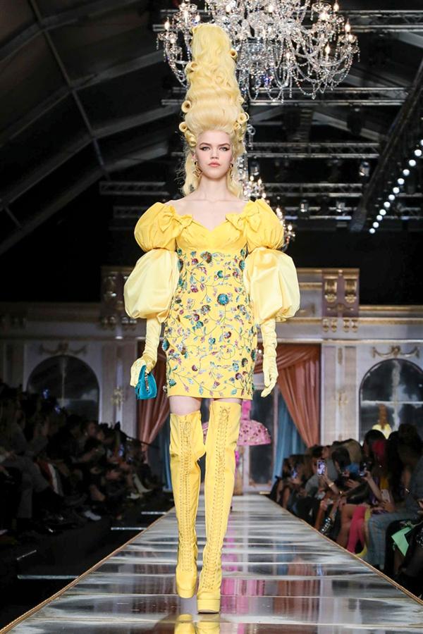 Oyuncak Bebek Kostümü Tadında Moschino Sonbahar/Kış 2020 Tasarımları
