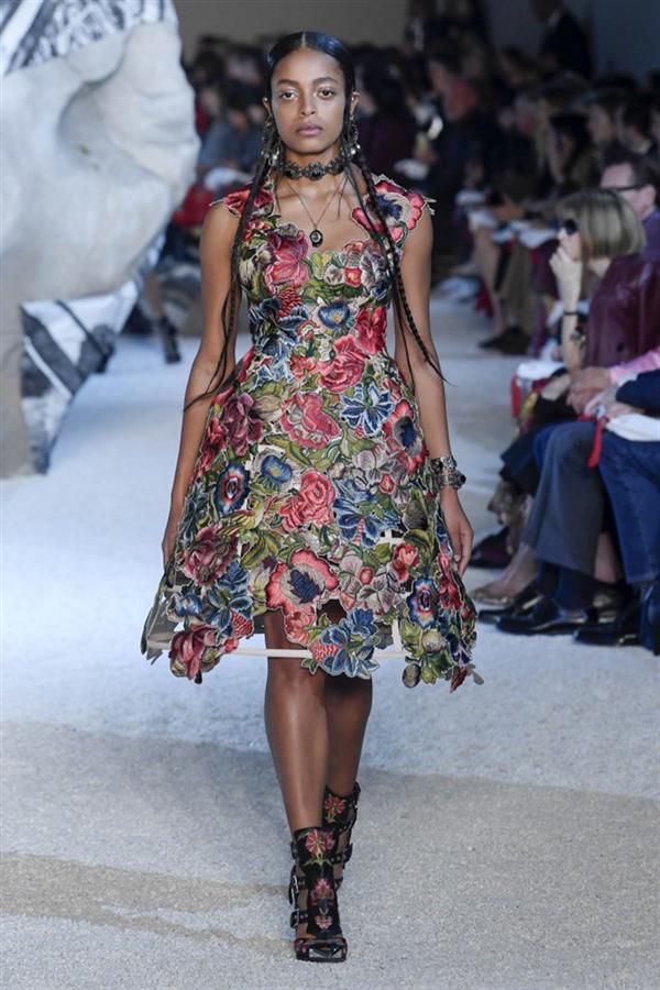 Paris Moda Haftası: Alexander McQueen 2019 Bahar Koleksiyonu