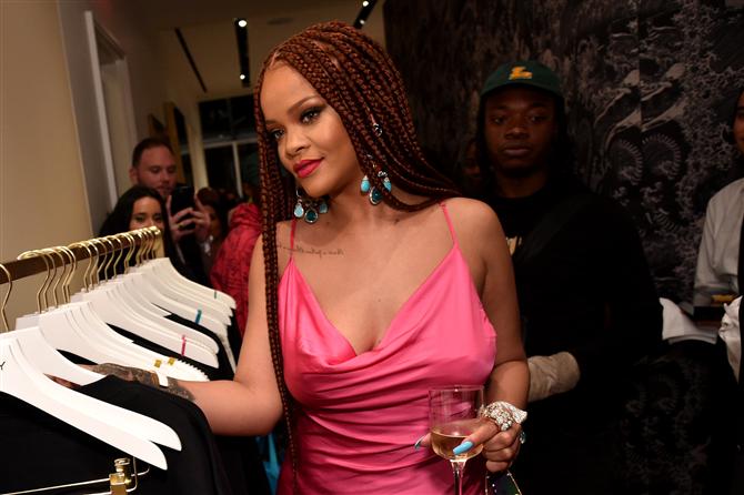 Rihanna'nın Hayranlık Uyandıran Pembe Mini Elbisesi