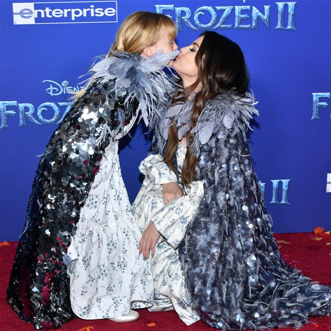 """Selena Gomez """"Frozen 2"""" Galasına Kız Kardeşiyle Katıldı"""