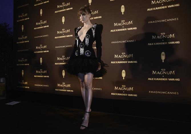 Serenay Sarıkaya ve Bella Hadid Cannes'da