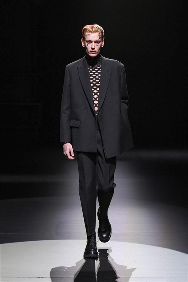 Siyah ve Beyazın İzinde: Valentino Sonbahar/ Kış 2021 Tasarımları