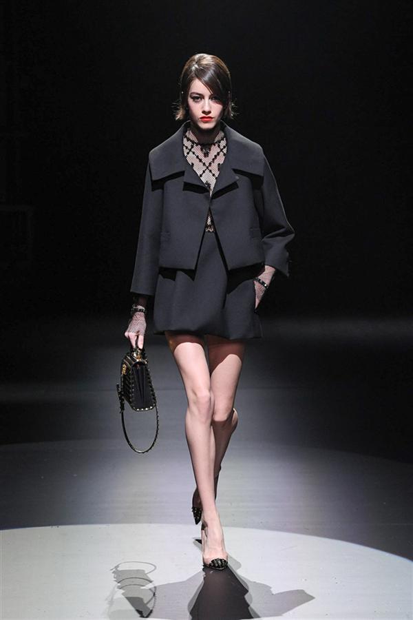Siyah ve Beyazın İzinde: Valentino Sonbahar/ Kış 2021 Tasarımları - Siyah ve Beyazın İzinde: Valentino Sonbahar/ Kış 2021 Tasarımları