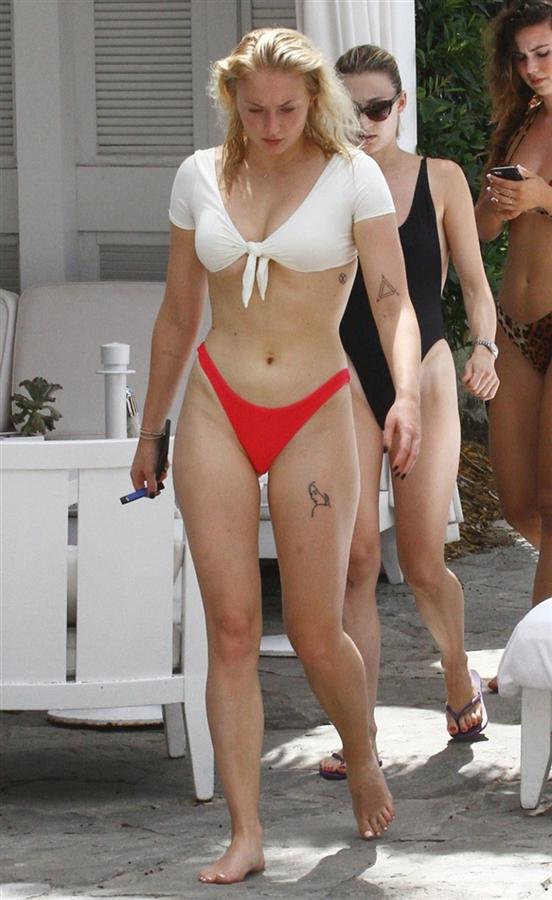 Sophie Turner Nişanlısıyla Tatilde