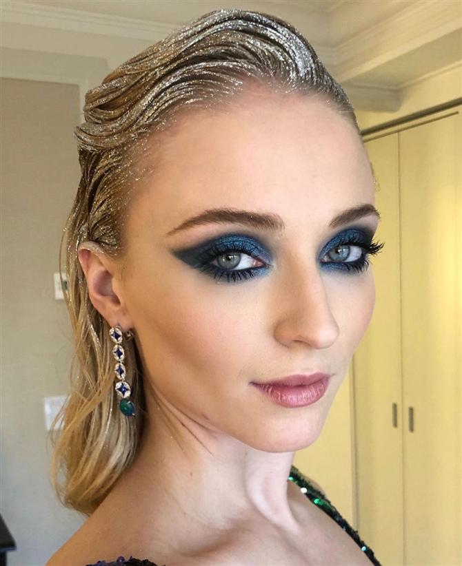 Sophie Turner'ın Özel Gün Makyajınız İçin İlham Verecek 15 Görünümü